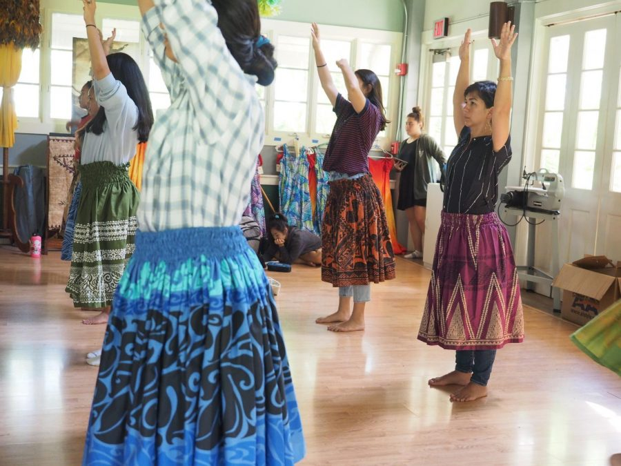 Mid-Pacific+Assistant+Principal+Christel+McGuigan%2C+right%2C+attended+classes+including+hula+with+high+schoolers+on+her+%22Shadow+a+Student%22+day.+