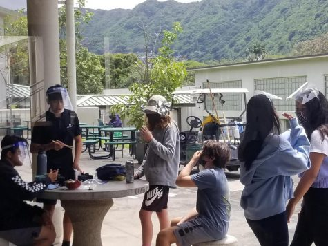 Mid-Pacific middle school students eating lunch outside of Weinberg.